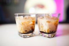 Due cocktail alla barra fotografia stock