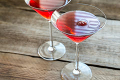 Due cocktail cosmopoliti sui precedenti di legno Fotografia Stock Libera da Diritti