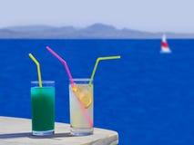 Due cocktail sulla tabella alla spiaggia immagini stock libere da diritti
