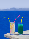 Due cocktail sulla tabella alla spiaggia immagine stock