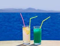 Due cocktail sulla tavola di marmo alla spiaggia fotografia stock