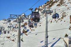 Due collegamenti delle gondole staccabili del mono-cavo con l'alta capacità del trasporto sollevano gli sciatori alla cima della  Immagine Stock Libera da Diritti
