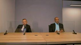 Due colleghi dietro le esposizioni futuristiche di vetro vuote Aspetti per seguire video d archivio