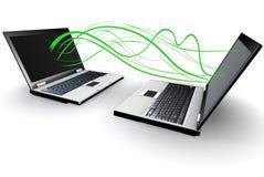 Due computer portatili che comunicano senza fili Fotografie Stock