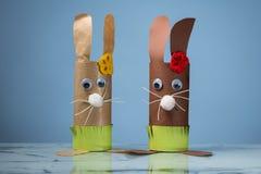 Due coniglietti di pasqua fatti della carta igienica rotola da un bambino immagine stock