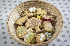 Due coniglietti divertenti che datano, biscotti casalinghi del pan di zenzero di Pasqua immagini stock libere da diritti