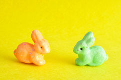 Due coniglietti variopinti usati per la decorazione Fotografia Stock