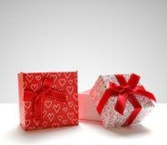 Due contenitori di regalo con i cuori hanno stampato il fron grigio diritto del fondo Immagine Stock Libera da Diritti