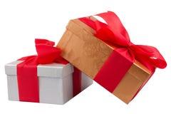 Due contenitori di regalo con il nastro rosso su bianco Fotografia Stock Libera da Diritti