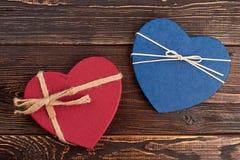 Due contenitori di regalo a forma di del cuore Fotografie Stock