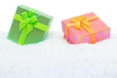 Due contenitori di regalo quadrati in neve Immagine Stock