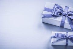 Due contenitori di regalo sulle feste orizzontali di immagine del fondo blu concentrate Fotografia Stock Libera da Diritti