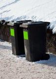 Due contenitori di rifiuti in via di inverno fotografia stock