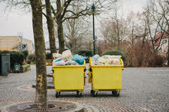 Due contenitori gialli dell'immondizia su una via in Germania Raccolta ed eliminazione di rifiuti domestici fotografia stock