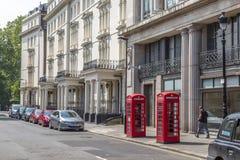 Due contenitori rossi di telefono a Londra, Inghilterra Fotografia Stock Libera da Diritti