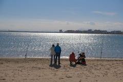Due coppie degli anziani stanno pescando fotografia stock