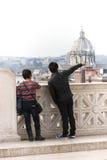 Due coppie dei turisti a Roma Uomo che indica la chiesa della cupola Fotografie Stock