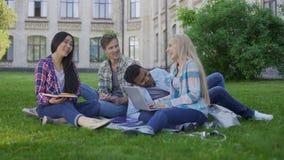 Due coppie razza miste dello studente divertendosi e ridendo, amici che comunicano stock footage