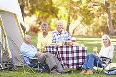 Due coppie senior che godono della vacanza in campeggio Fotografie Stock