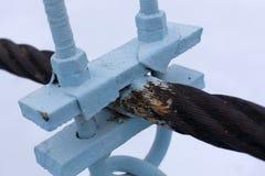 Due corde d'acciaio collegate tramite le cinghie sciolte Fotografie Stock Libere da Diritti