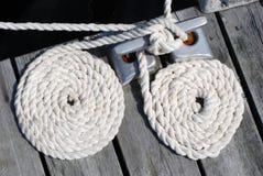 Due corde di barca bianche arrotolate in su Immagine Stock Libera da Diritti