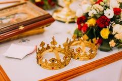Due corone di nozze sull'altare della chiesa con la decorazione del fiore Fotografie Stock Libere da Diritti