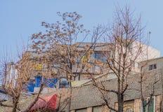 Due costruzioni di mattone bianche con un chiaro cielo blu Fotografie Stock