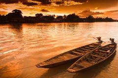 Due crogioli di imbarcazione a remi sono legati alla riva Fotografia Stock