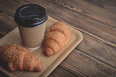 Due croissant e caffè--vanno immagine stock libera da diritti