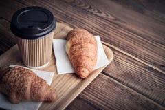 Due croissant e caffè--vanno fotografie stock