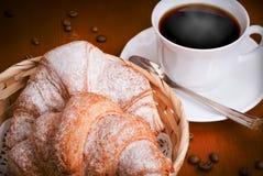 Due croissant e tazze di caffè Fotografia Stock Libera da Diritti