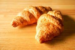Due croissant sulla vista di legno del piano d'appoggio Fotografia Stock