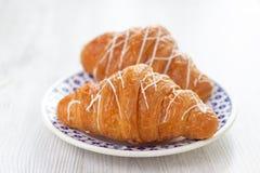 Due Croissants su una zolla fotografia stock libera da diritti