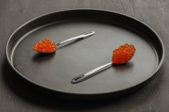 Due cucchiai con il caviale rosso Immagini Stock
