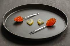 Due cucchiai con le fette rosse del limone e del caviale Fotografia Stock Libera da Diritti