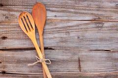 Due cucchiai da tavola per la cottura sulla tavola Immagine Stock Libera da Diritti