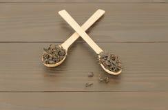 Due cucchiai di legno con le foglie di tè Fotografia Stock Libera da Diritti
