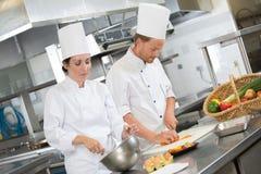 Due cuochi unici che preparano nella cucina del ristorante Immagine Stock Libera da Diritti