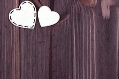 Due cuori bianchi di feltro su un fondo di legno marrone Giorno del biglietto di S Cartolina d'auguri nozze Immagini Stock