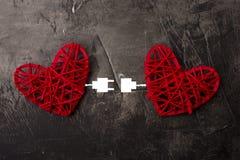 Due cuori collegati dal cavo di USB Tema di amore, nozze, giorno del ` s del biglietto di S. Valentino Immagini Stock