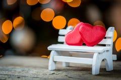 due cuori del biglietto di S. Valentino su un banco di legno Fotografia Stock Libera da Diritti