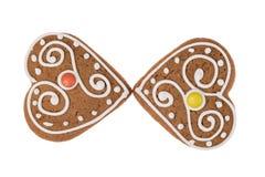 Due cuori del pan di zenzero di Natale isolati su un fondo bianco Immagine Stock