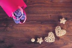 Due cuori della canapa e fiori del giacinto nella borsa del regalo fotografia stock libera da diritti