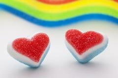 Due cuori della caramella con una bandiera dell'arcobaleno Immagine Stock