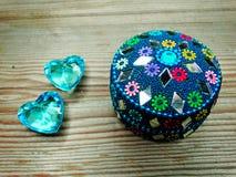Due cuori della gemma amano e contenitore di regalo orientale su fondo di legno Fotografia Stock