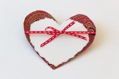 Due cuori di carta legati con il nastro rosso sottile, amore del biglietto di S. Valentino Immagini Stock Libere da Diritti