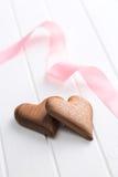 Due cuori di legno con il nastro rosa Fotografie Stock Libere da Diritti