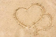 Due cuori dipinti hanno innamorato sulla sabbia vicino ai precedenti del fiume Immagini Stock Libere da Diritti