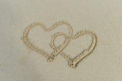 Due cuori disegnati in sabbia Fotografia Stock Libera da Diritti