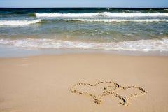 Due cuori dissipati sulla spiaggia Immagini Stock Libere da Diritti